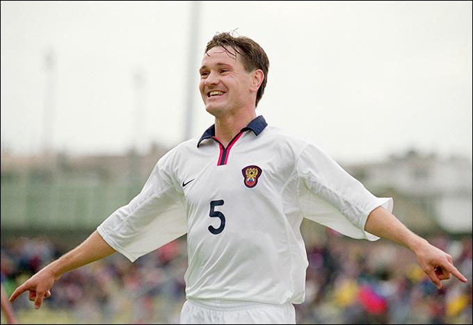 Дмитрий Аленичев празднует гол в ворота Люксембурга