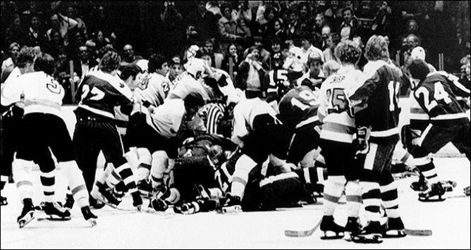 """70-е годы называют """"самым грязным временем"""" в истории НХЛ. Общекомандные драки были обыденным делом и случались через матч."""