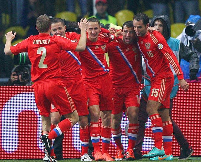 Игроки сборной России празднуют гол Александра Кержакова