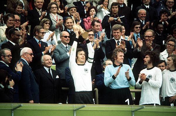 1974 год. Беккенбауэр поднимает над головой кубок мира после труднейшей победы над сборной Нидерландов