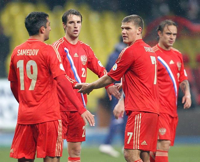 Игроки сборной России празднуют победу над Португалией