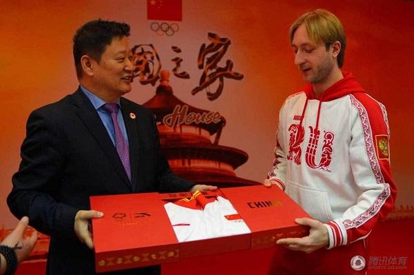 Плющенко получил комплект формы сборной Китая в подарок