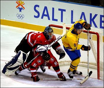 Солт-Лейк-Сити-2002. Групповой этап. Канада — Швеция — 2:5. Кёртис Джозеф отражает атаку Даниэля Альфредссона
