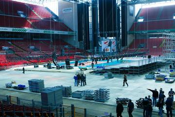 """Рабочие готовят футбольный стадион """"Паркен"""" к волейбольному финалу"""