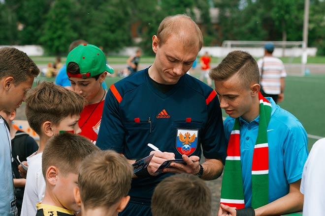 Арбитр РФПЛ Владимир Москалёв раздаёт автографы