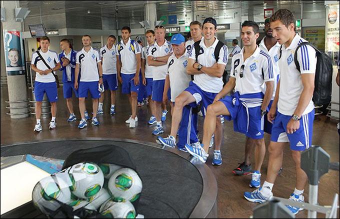 Динамовцы в аэропорту ждут багаж