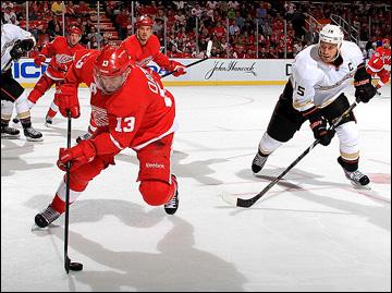 """10 мая 2013 года. Детройт. Плей-офф НХЛ. 1/8 финала. Матч № 6. """"Детройт"""" — """"Анахайм"""" — 4:3 (ОТ). В атаке Павел Дацюк"""