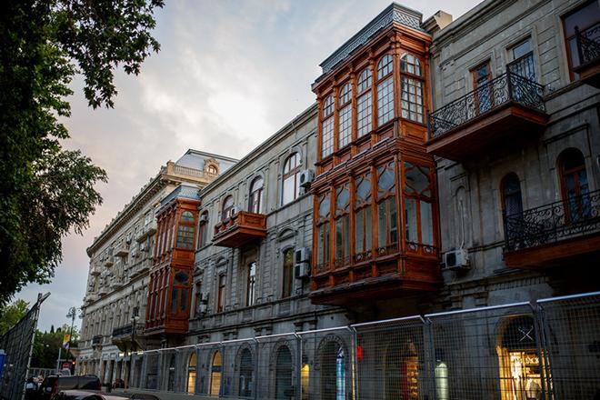 Балконы в домах, с которых открываются красивые виды на трассу