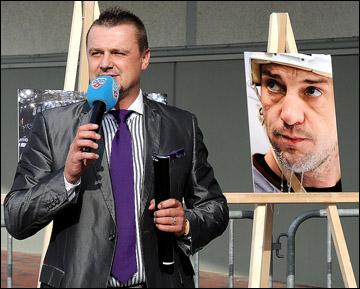 Арманд Симсон на открытии магазина КХЛ в Риге