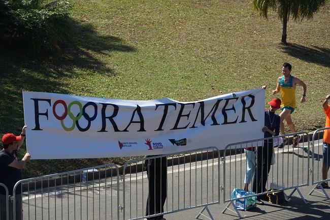 Бразильцы устроили акцию протеста во время марафонской гонки
