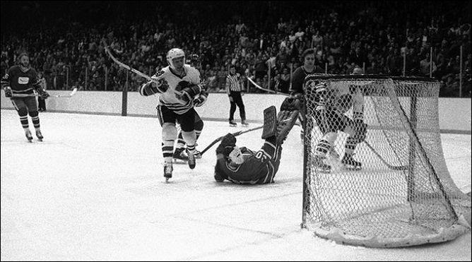 """Фрагменты сезона. 28 февраля 1977 года. """"Чикаго Блэкхоукс"""" - """"Ванкувер Кэнакс"""". Форвард хозяев Стэн Микита забрасывает свою 500-ю шайбу в НХЛ."""