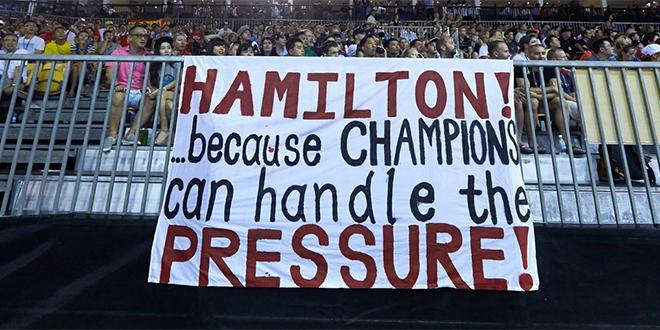 Надпись на плакате: «Хэмилтон!… потому что чемпионы могут справиться с давлением!»