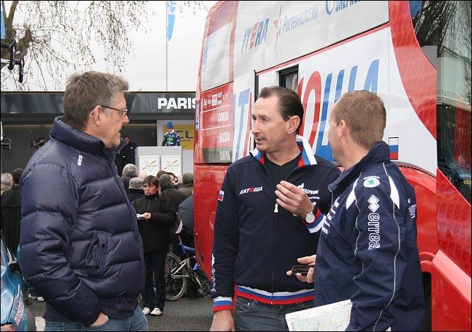 Дмитрий Конышев (в центре) проводит последние приготовления к старту