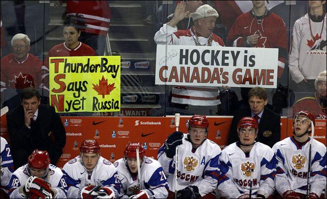 Через десять минут и три гола в России начнут хохотать над текстом этого плаката.