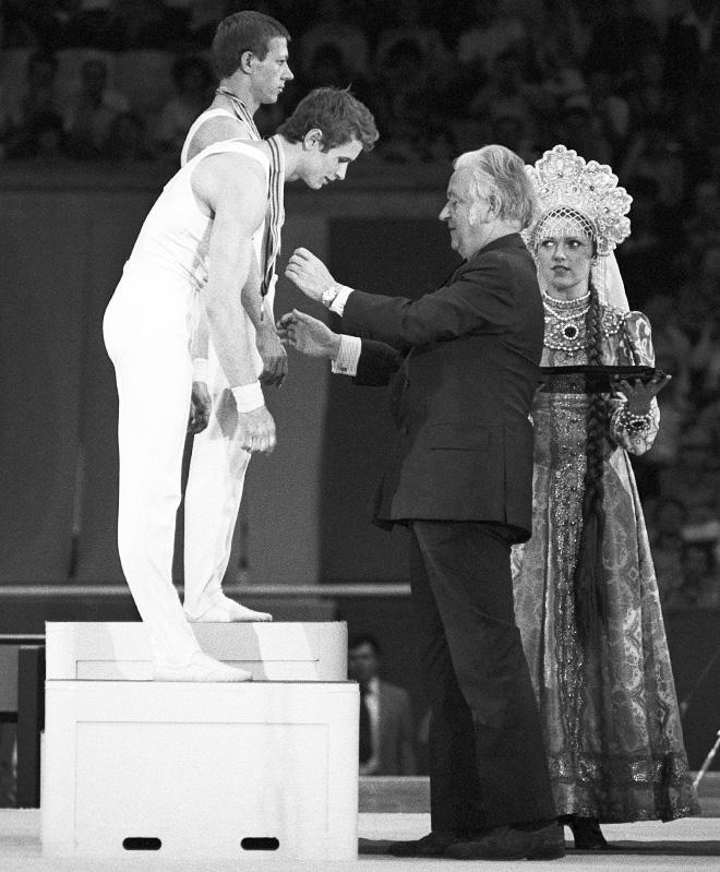 Президент МОК лорд Килланин награждает советских гимнастов — Николая Андрианова и Александра Дитятина