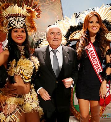 Президент ФИФА Йозеф Блаттер в окружении бразильских красавиц