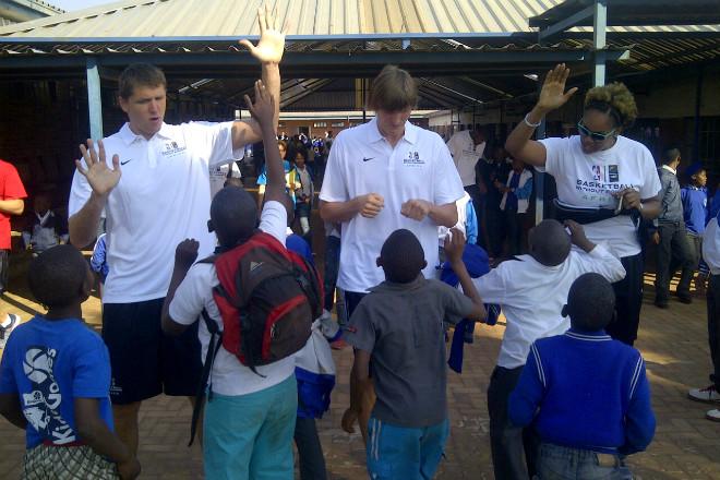 Виктор Хряпа и Андрей Кириленко в лагере «Баскетболе без границ» в Йоханнесбурге.
