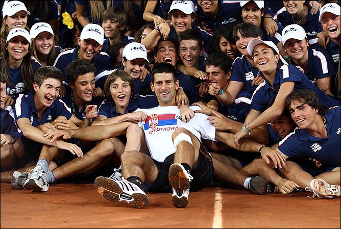 Новак Джокович делит свою радость с миром