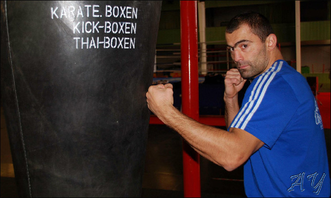 Рахим Чахкиев продолжает подготовку к бою против американца Майкла Симмса