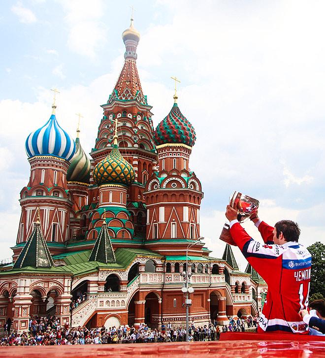 Александр Овечкин на фоне храма Василия Блаженного