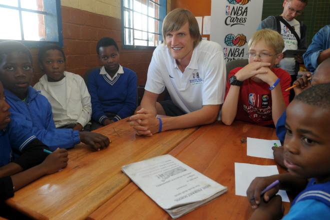 Андрей Кириленко общается с африканскими детьми в детском центре Йоханнесбурга.