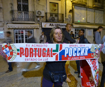 На пешеходной улице Лиссабона нашим болельщикам вовсю предлагали за 5 евро шарфы с символикой матча.