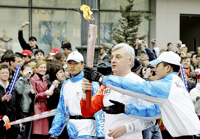 Виктор Жданович с олимпийским факелом