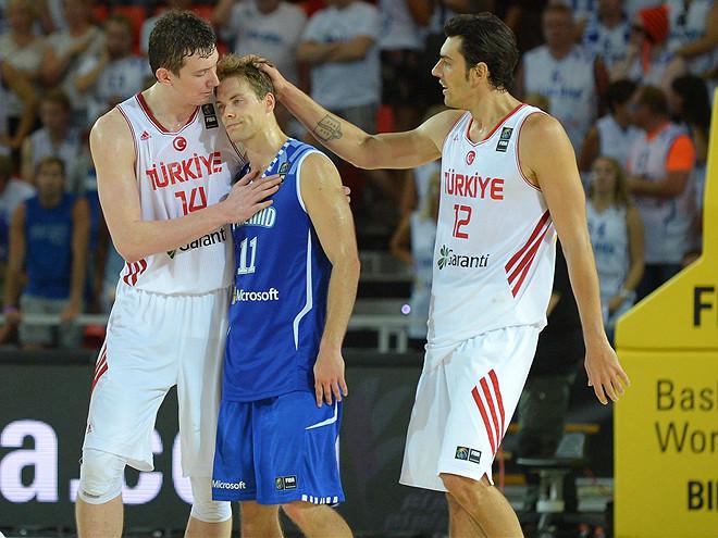 Омер Ашик и Керем Гонлум утешают Петтери Копонена после финальной сирены