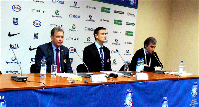 Роджер Рённберг (в центре) на пресс-конференции после матча Швеция — Россия