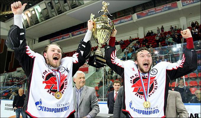 Евгений Орлов (справа) с Кубком Харламова