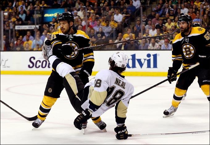 """6 июня 2013 года. Бостон. Плей-офф НХЛ. 1/2 финала. Матч № 3. """"Бостон"""" — """"Питтсбург"""" — 2:1 (ОТ). """"Пингвинам"""" пока не удаётся расшатать оборону """"мишек"""""""
