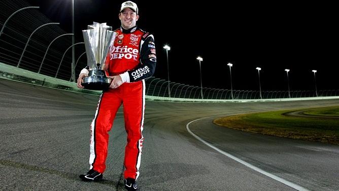 Тони Стюарт с трофеем