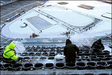 Уборка трибун от снега
