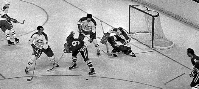 """16 мая 1971 года. """"Монреаль Канадиенс"""" - """"Чикаго Блэкхоукс"""". Ги Лапойнт (в центре) пытается остановить Бобби Халла."""