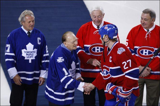 """8 января 2009 года. Капитан """"Монреаля"""" Алексей Ковалев приветствует ветеранов Джонни Бауэра, Дэррила Ситтлера, Жана Беливо и Ги Лапойнта."""