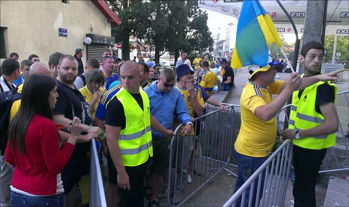 Досмотр украинских болельщиков при входе на трибуну
