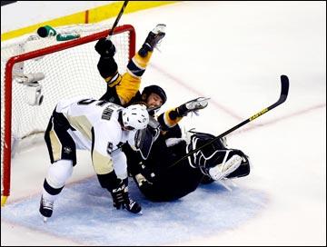 """6 июня 2013 года. Бостон. Плей-офф НХЛ. 1/2 финала. Матч № 3. """"Бостон"""" — """"Питтсбург"""" — 2:1 (ОТ). Вместо шайбы в ворота летит Лучич"""