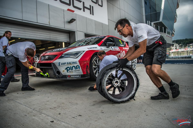 Механики команды Lukoil Racing убирают снятую с машины Дудукало повреждённую покрышку