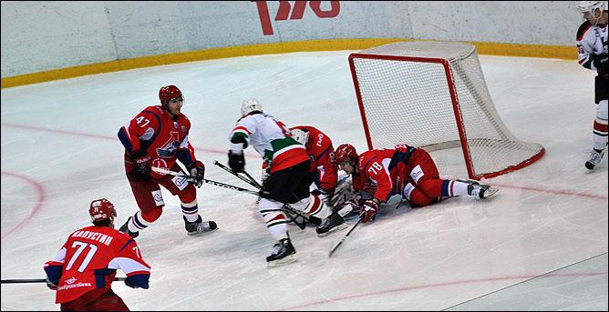 За себя и за того парня! Защитник Виталий Зотов (№ 78) помогает вратарю Никите Ложкину