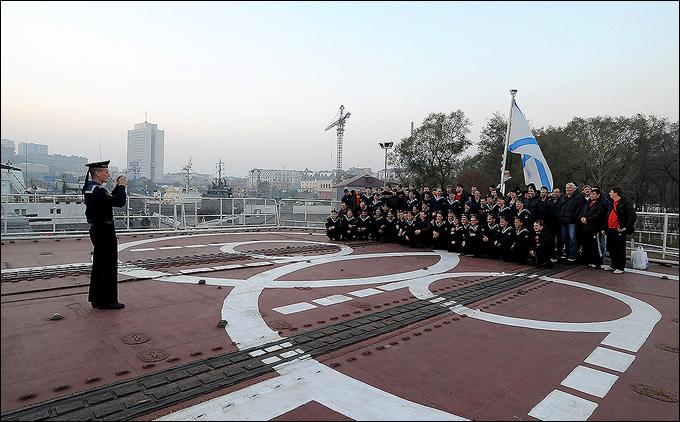 Общее фото на вертолетной площадке корабля