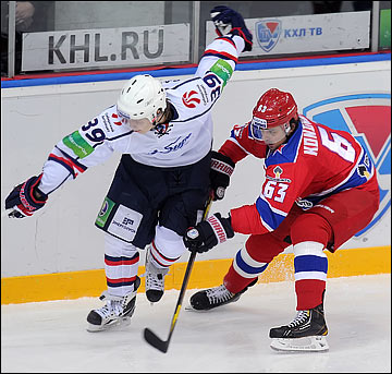 Степан Санников: Мне постоянно Андрей Тарасенко подсказывает, как нужно выбегать на бросающего игрока, как ловить на себя шайбу