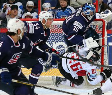 Томаш Ванек атакует ворота сборной США