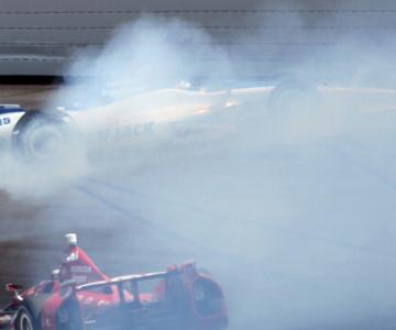 """Дарио Франкитти и Такума Сато на последнем круге гонки """"Индианаполис-500"""", 2012 год"""