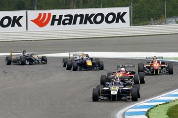 Даниил Квят в борьбе на этапе Формулы-3