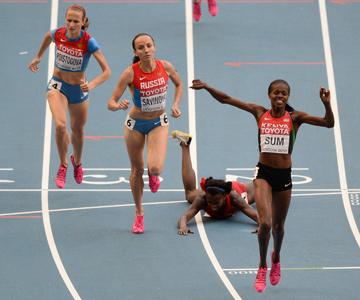 Юнис Джепкоэч Сум отобрала титул чемпионки мира в беге на 800 метров у Марии Савиновой
