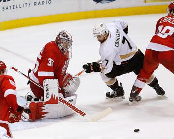 """10 мая 2013 года. Детройт. Плей-офф НХЛ. 1/8 финала. Матч № 6. """"Детройт"""" — """"Анахайм"""" — 4:3 (ОТ). Джимми Ховард встаёт на пути Эндрю Кольяно"""