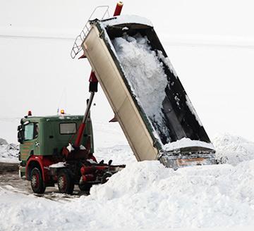 """Такие """"снеговозы"""" всегда готовы прийти на помощь организаторам зимних соревнований в случае слишком """"тёплого"""" настроения небесной канцелярии"""