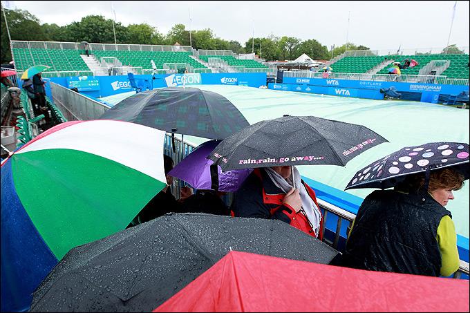 Дождь несколько раз надолго откладывал матчи в Бирмингеме.