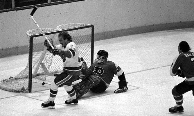 """Фрагменты сезона. 24 ноября 1978 года. """"Нью-Йорк Айлендерс"""" - """"Филадельфия Флайерз"""". Боб Нистром забрасывает шайбу Питу Питерсу."""