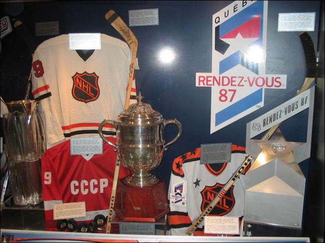 Стенд в Зале спортивной славы в Торонто, посвященный Кубку Вызова-79 и Рандеву-87.